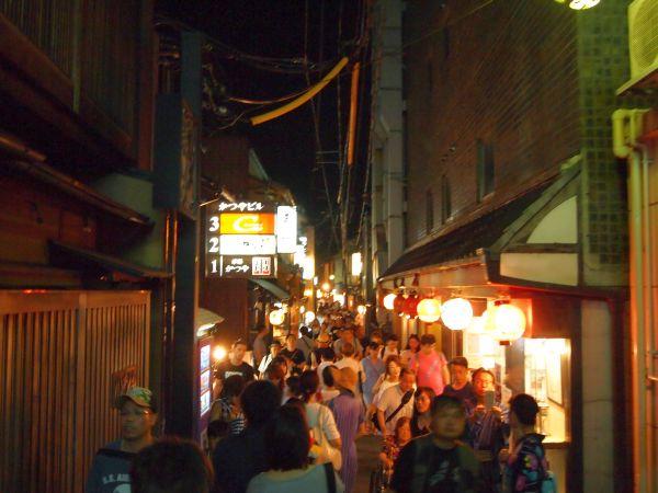 夏休みの土曜の夜、沢山の観光客が足を運んでいました。