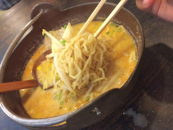 実食!鉄鍋で煮込まれている味噌スープが、もちもちの中太麺に絡まって最高!
