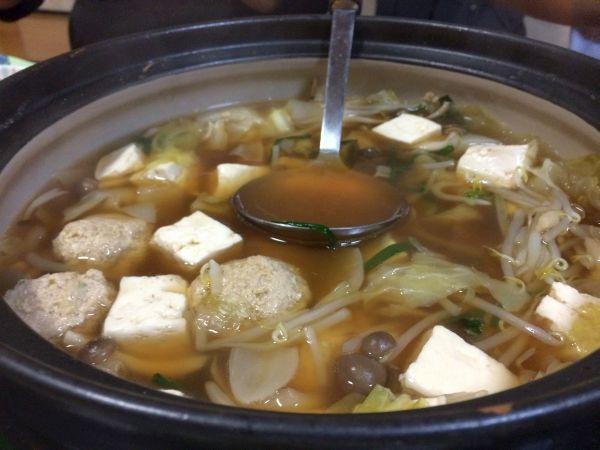 醤油でしっかりと味が付いていながらも、透明度のあるスープ。