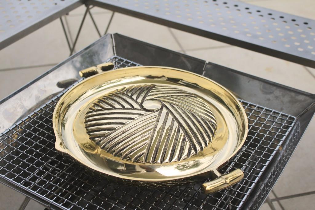 バーベキューのコンロにムーガタ鍋をセット