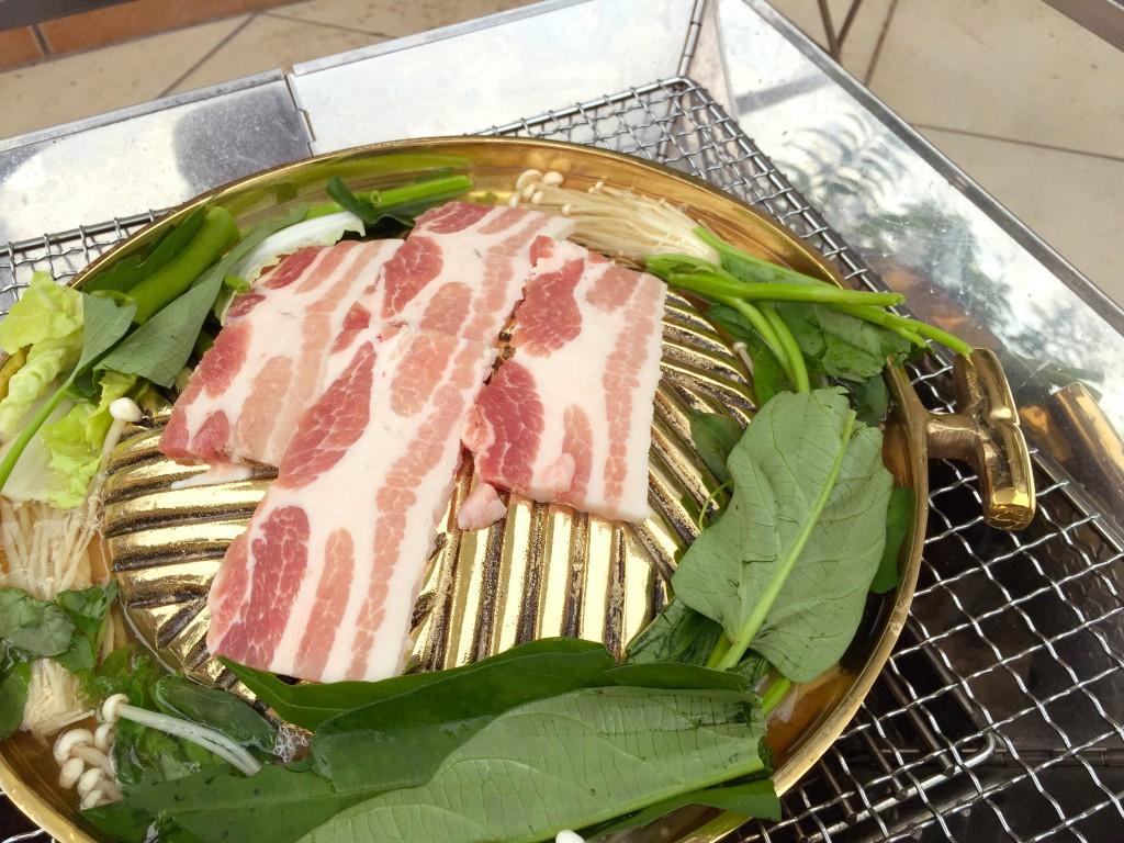 丸い部分にお肉。周りには野菜