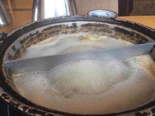 出汁スープを沸騰させてワンタンを茹でる。