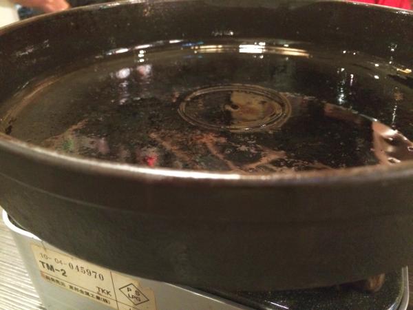 ?油を引いた鉄鍋が登場?