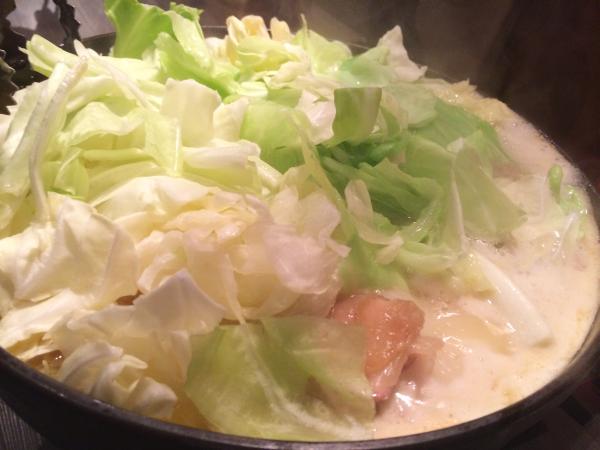 最初の鶏焼きが、気づいてみたらすっかり鍋の体裁に。
