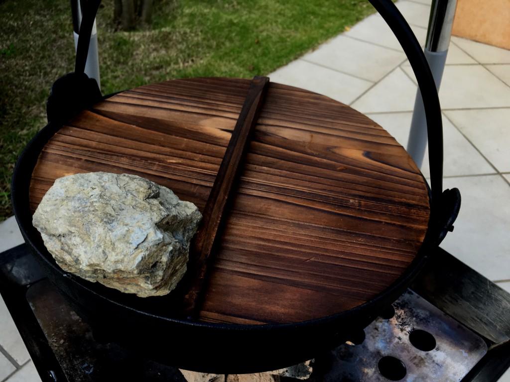 ちょっと傾くクセがある鍋なので、フタをして石のおもりを。