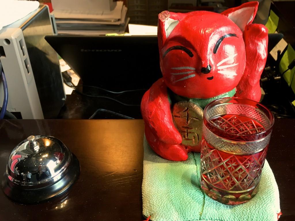 赤い招き猫がお出迎え