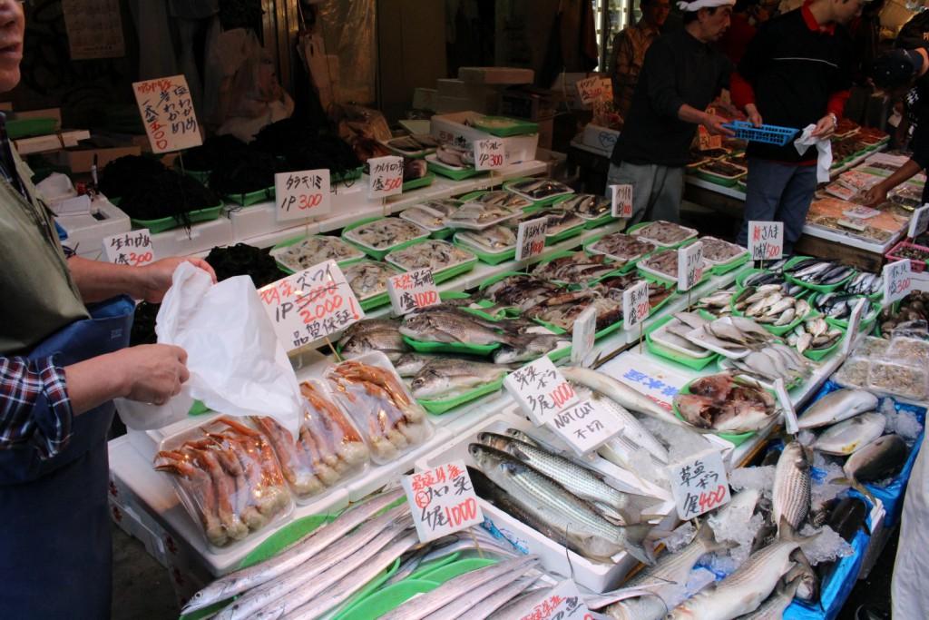 鮮魚が並ぶアメ横。うまそう