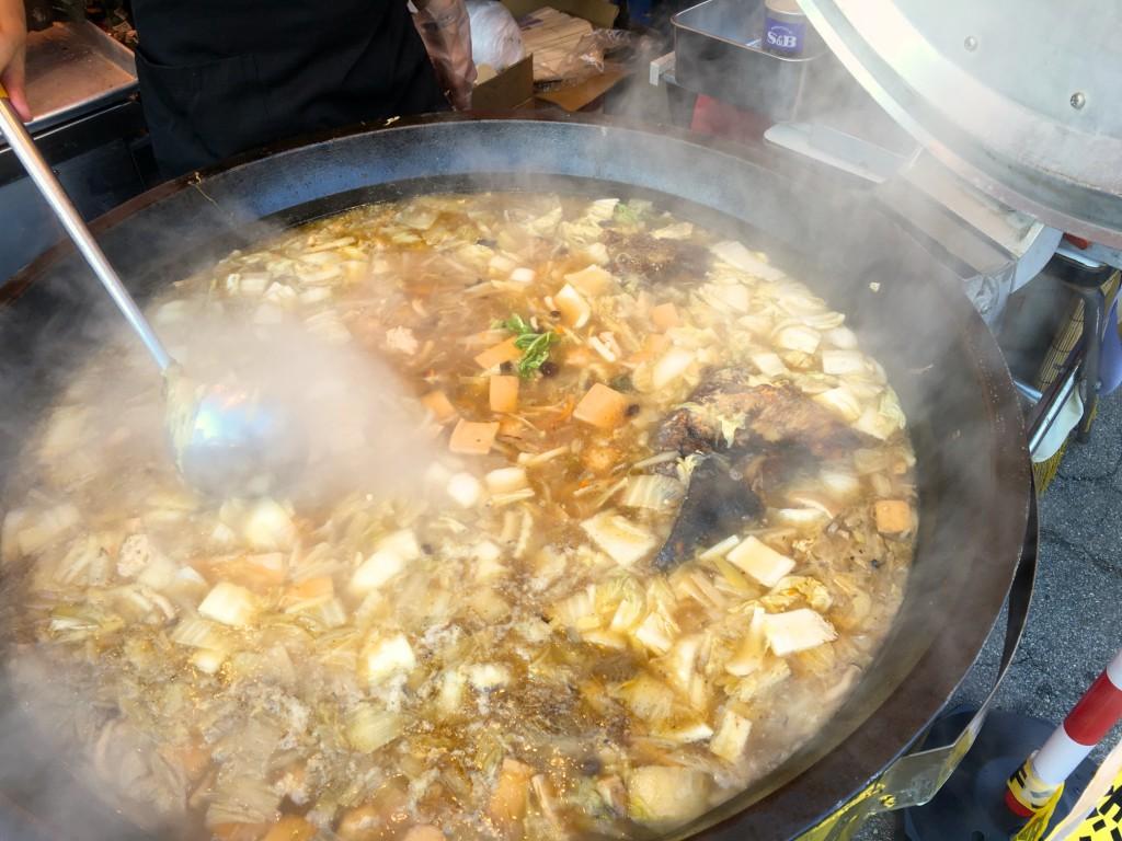 大鍋で煮込まれる兜肉