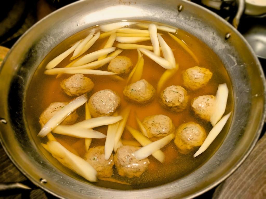 最初に登場したスープにはごぼうのささがきと鰯のつみれ