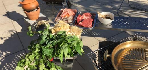 左奥の素焼き鍋がチムチュム。右下金色鍋がムーガタ用。