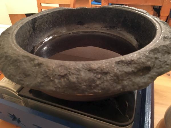 石鍋。ゴマ油スープが並々と。