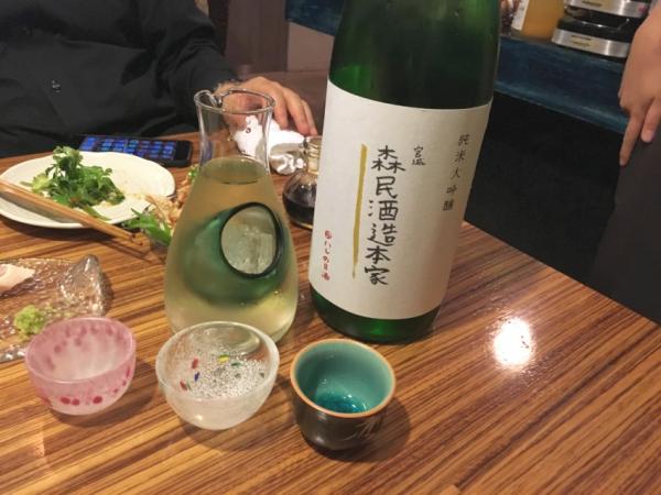 ホタル復活の自然に優しい酒づくりで生まれた純米吟醸。 手前左から大崎・馮・竜が選んだおちょこ。