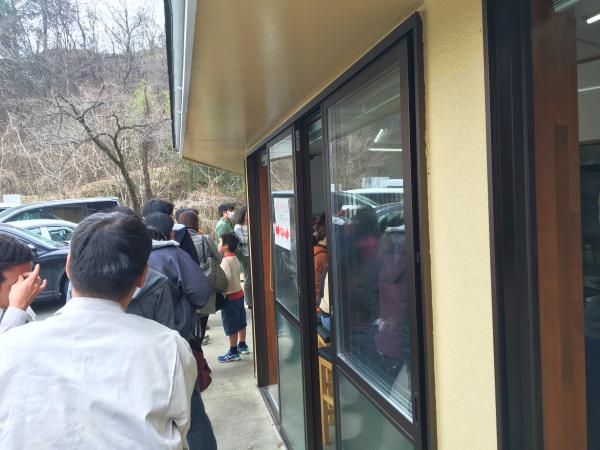 店沿いの行列。