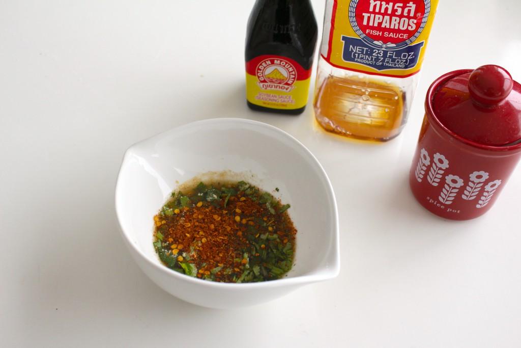 ナンプラー等をお好みに混ぜたタレに刻みパクチーと粉唐辛子を入れてできあがり