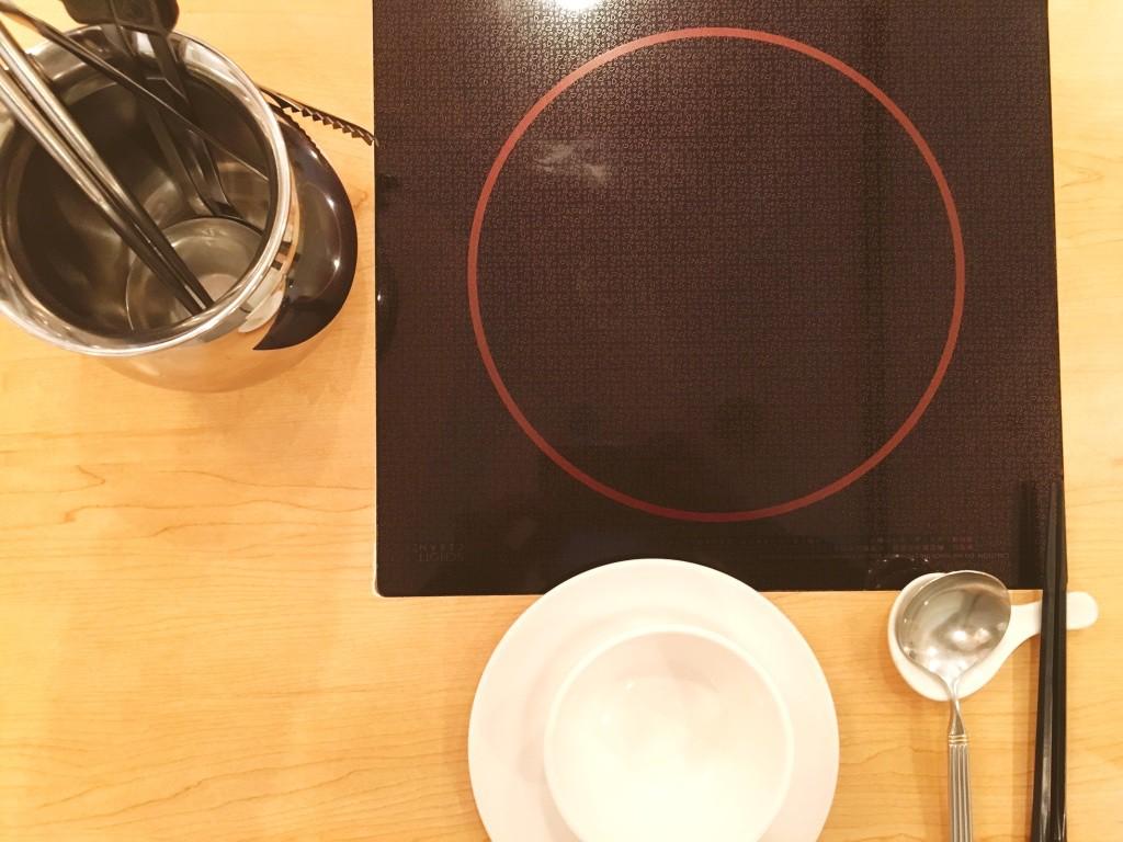 テーブル埋め込み式のIHコンロを眺めつつ、しばし待つ