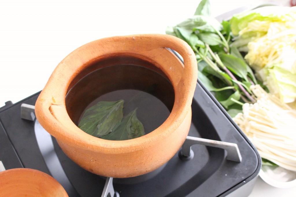 水、調味料を混ぜたスープに用意したタイハーブを投入