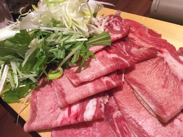色鮮やかな牛タンと野菜。