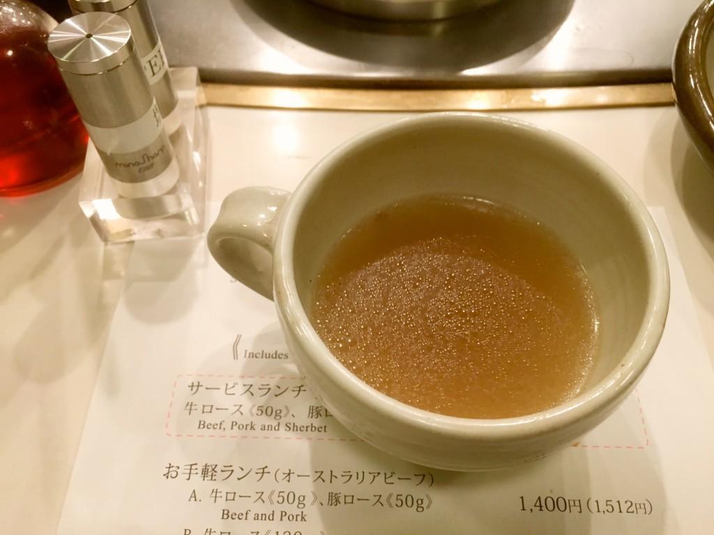 具材の味がしみ出たスープ。和風なはずなのに、意外や意外、コショウがよく合う