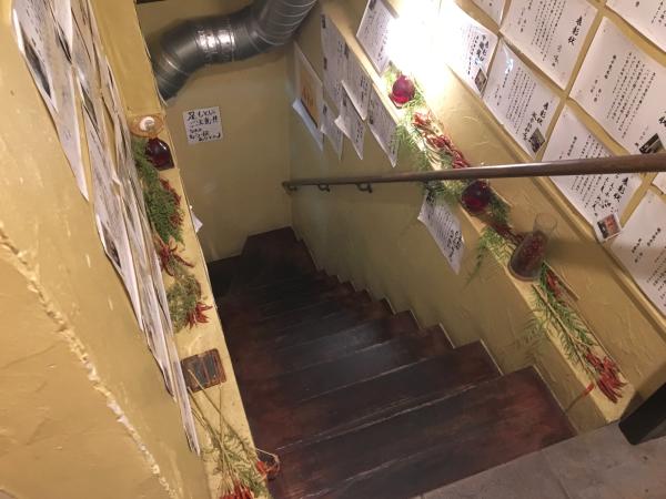 地下へ降ります。階段の途中にはさまざまな香辛料が。