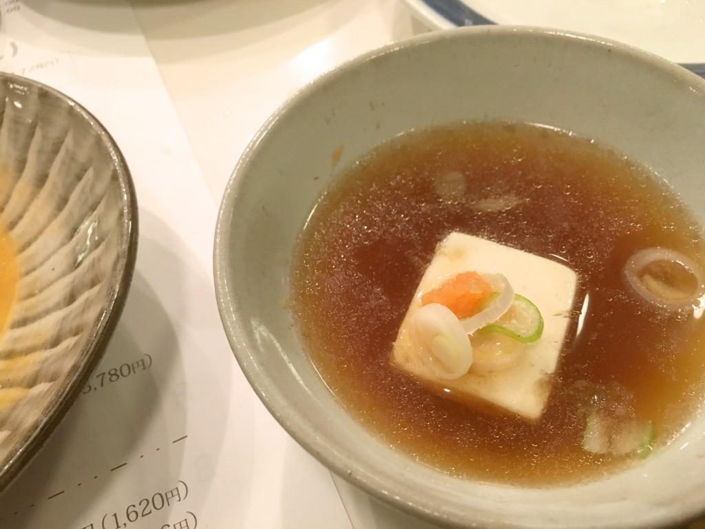 お豆腐はポン酢を鍋のスープで割ったものに備え付けのネギともみじおろしで
