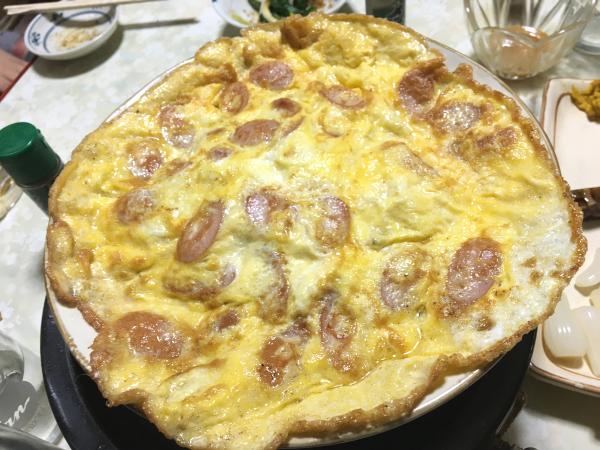 藤巻大将お気に入りの大判。 卵にソーセージ。下には皿一面のキャベツ。