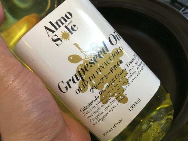 グレープシードオイルを使ってタマネギを炒めます。