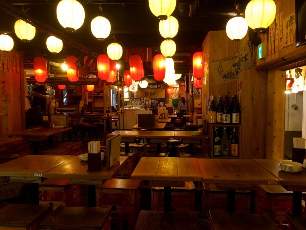 目的地は昔ながらの居酒屋を模した九州都久志屋さん