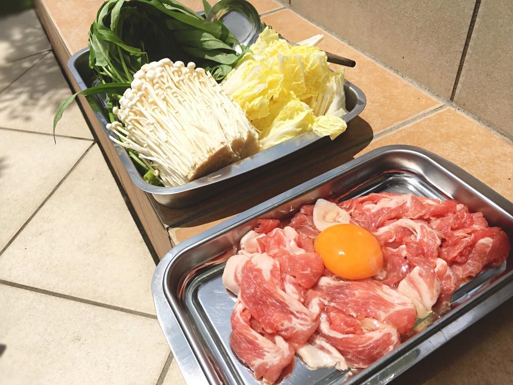 豚肉。卵を落としておくのがポイント。そして野菜類。