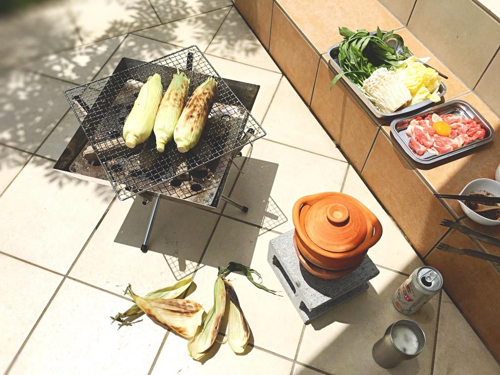 鍋と具材をセットして準備完了。端ではとうもろこしを焼いてみたり