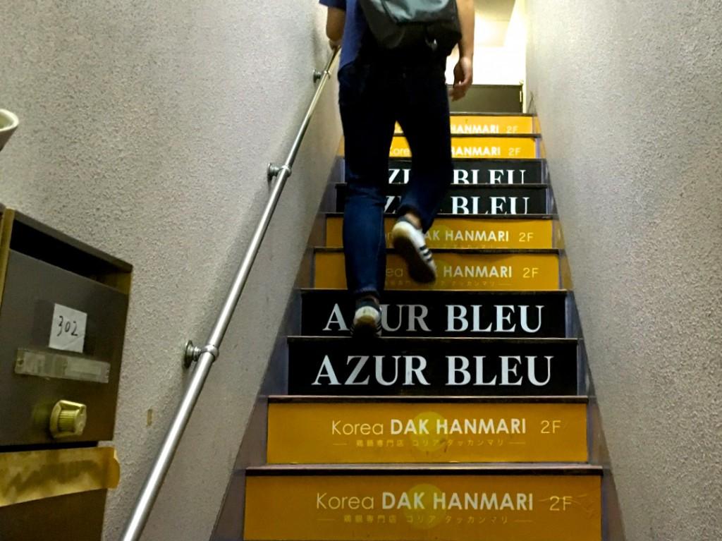 階段を上って2階へ