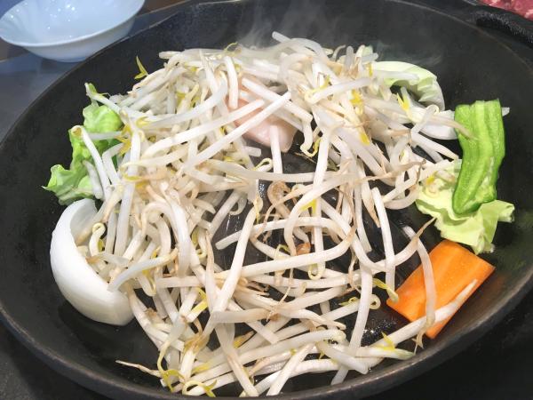 熱した鍋にまずは野菜。