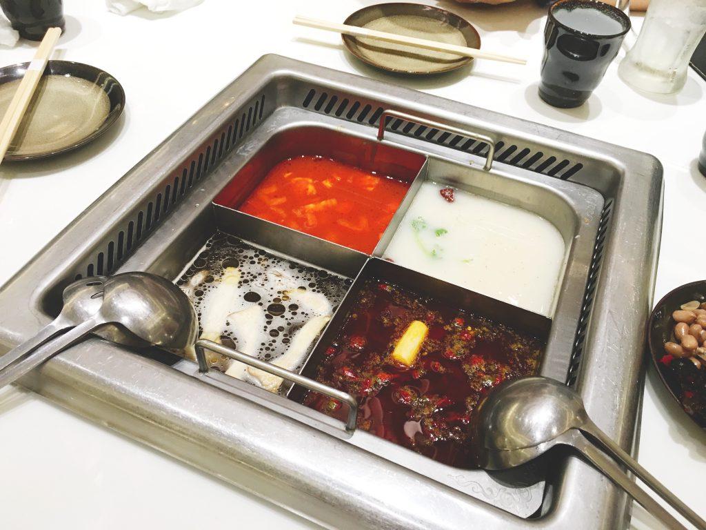 4分割の鍋に4色のスープ