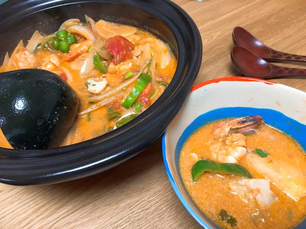 鍋の色に合わせて食器の色も鮮やかに。五輪のイメージで。