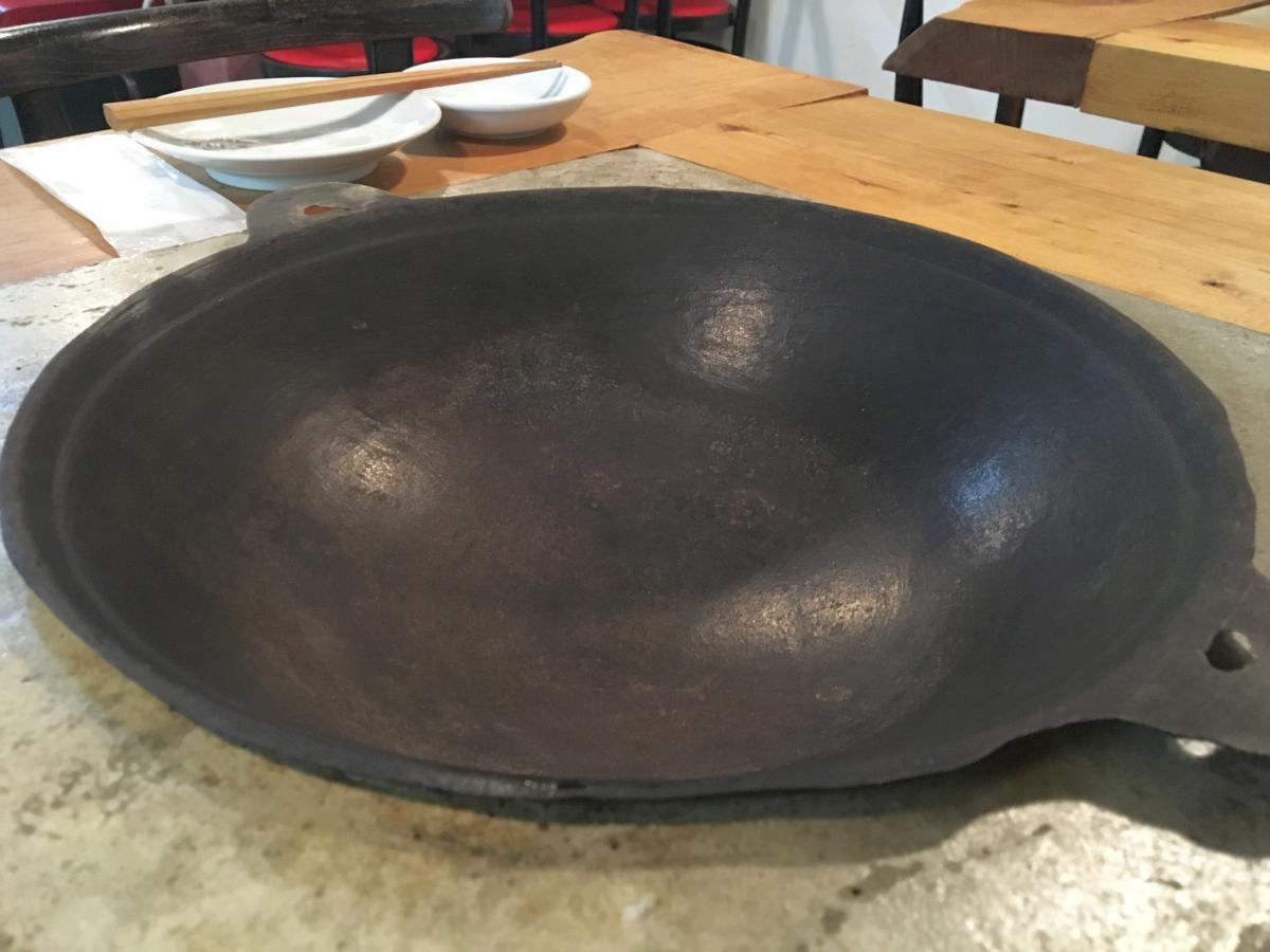 味坊鉄鍋荘のシンボル、鉄鍋。