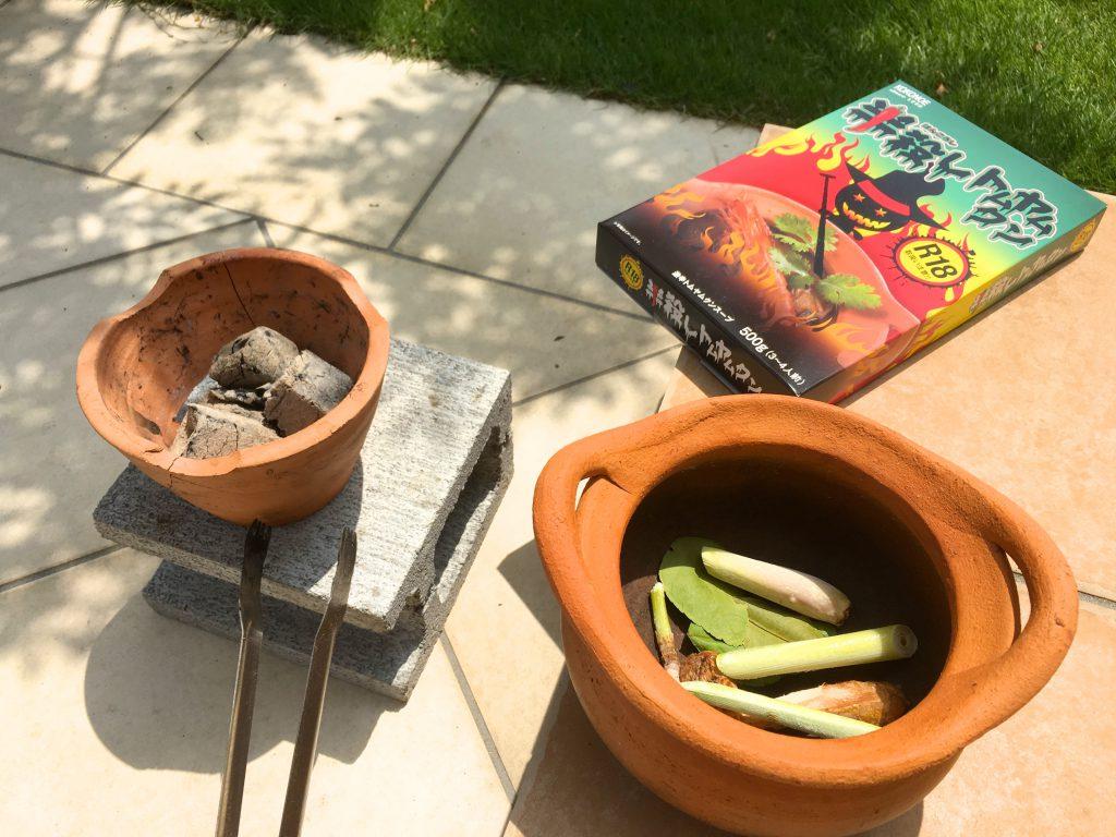 冷凍庫にストックしてあるタイ生姜、レモングラス、コブミカンの葉を加えてみた