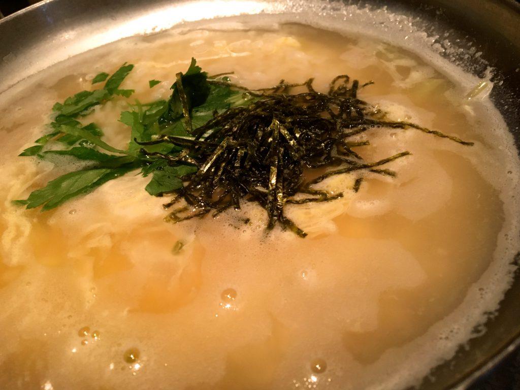 ご飯と溶き卵を入れて、ノリを散らす