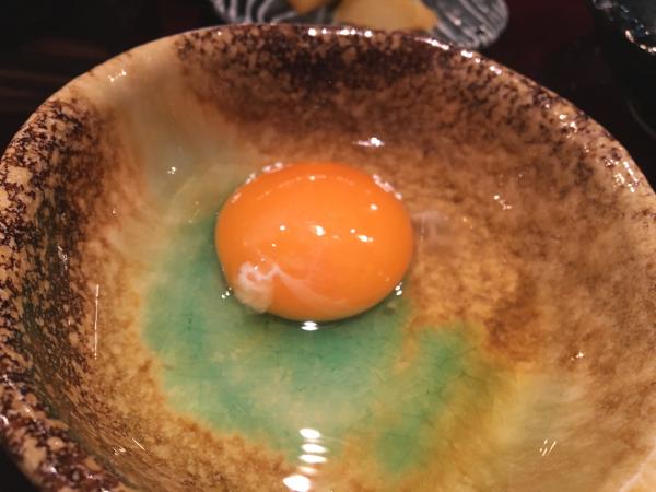 牛鍋と言えば生卵。甘辛い鍋つゆとのハーモニー。