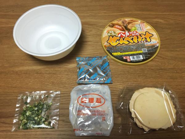 [しお]の中。 主役の南部せんべい(右下)、レトルト具材(中央下)、乾燥ネギ(左下)。 中央が特製の味噌出汁。
