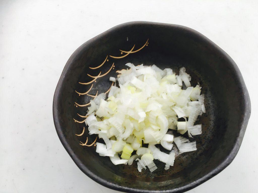 薬味の葱を刻んで