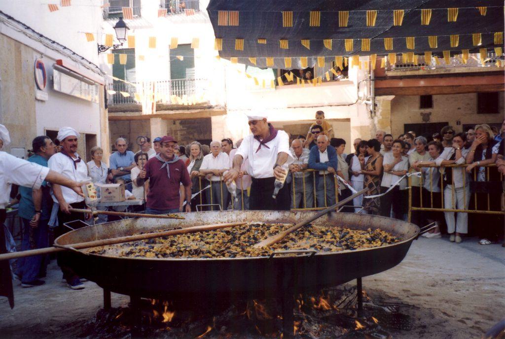 屋外で巨大なパエリアを調理するパエジェーロ達(出典:https://ja.wikipedia.org/wiki/パエリア)