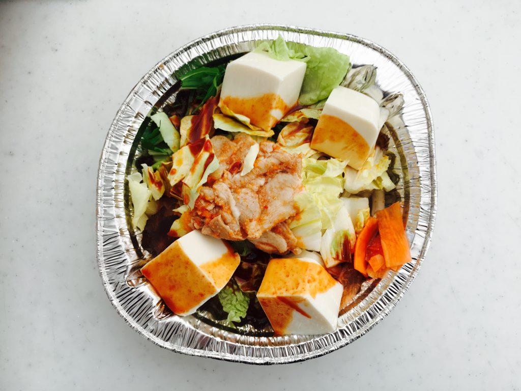 豆腐をお好みの大きさに切って、スープを投入。手間らしい手間はこれだけ