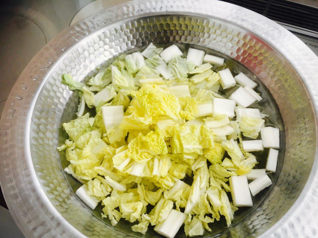 まずは白菜を。白菜だけ先に煮込んでおくと味が良く出て美味しいとどこかのお店で教えてもらったのでそれを守る。