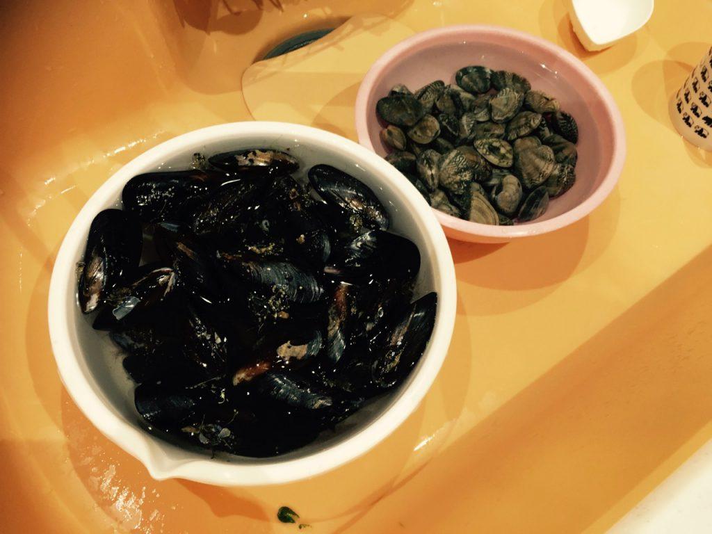 ワイン蒸しにも使おうと、ムール貝とアサリは多めに買ったのだが、さすがに多すぎた