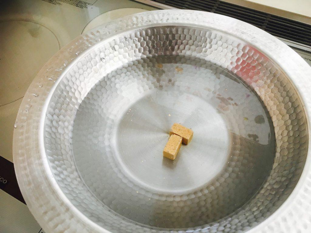 おもむろに鍋を火にかけ、鍋キューブをポン!