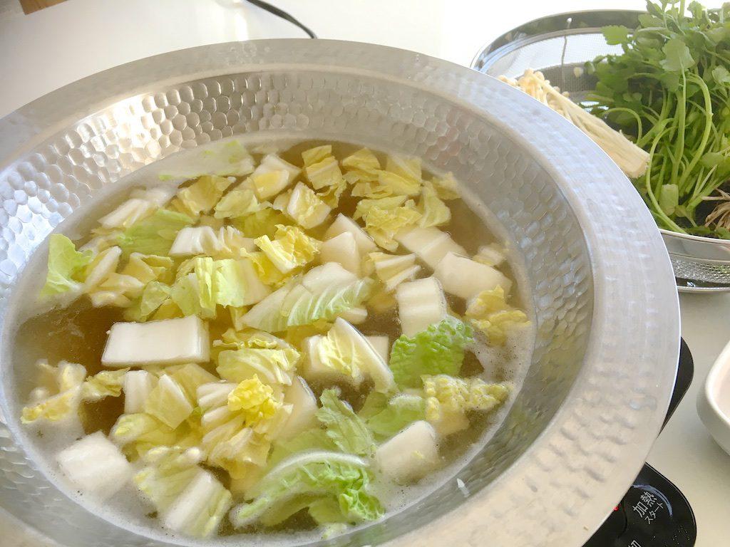 白菜を先に煮込むとスープの味が良くなるとの教えを守って。