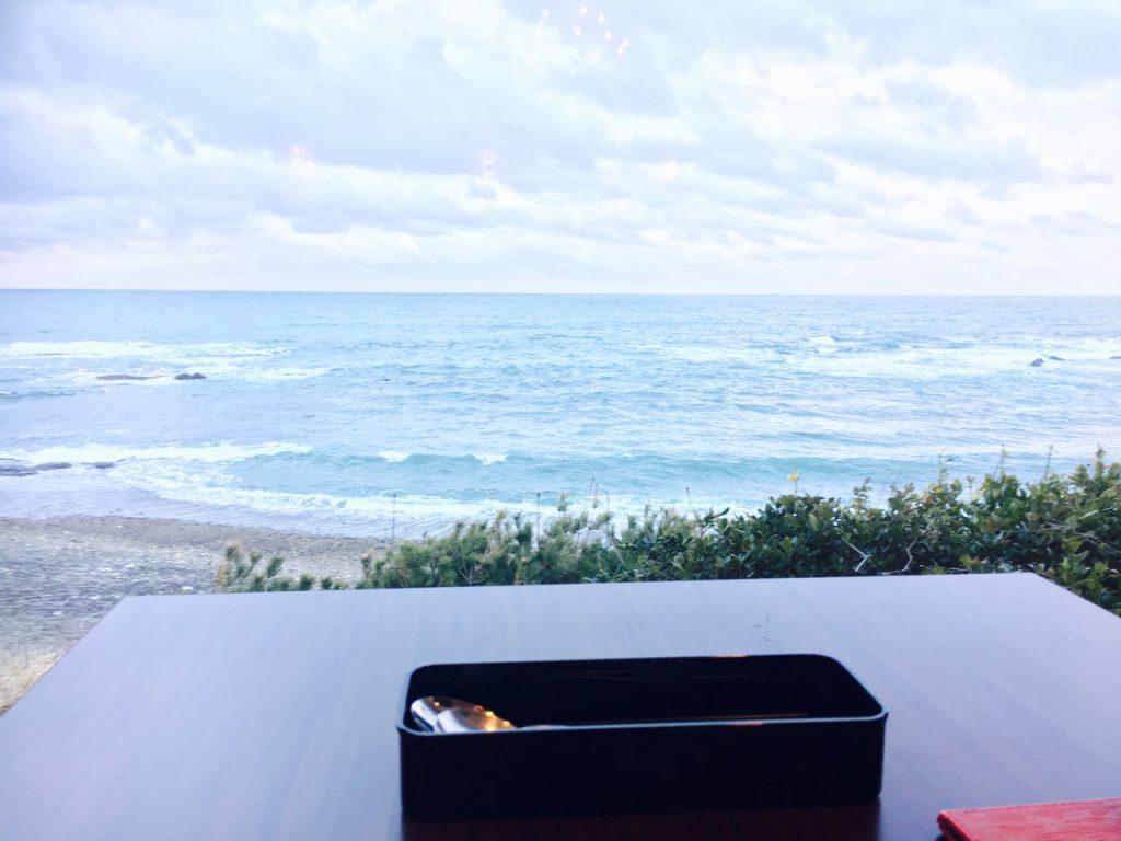 テーブルからは大洗の海岸が一望できます