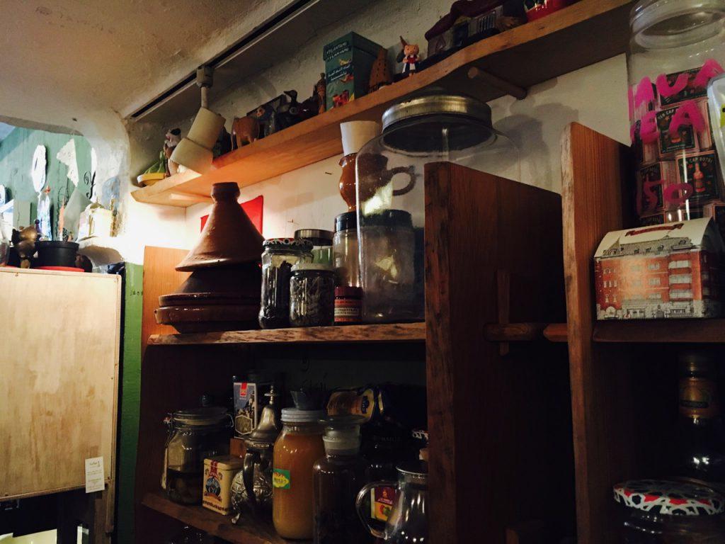 棚にも飾ってあるタジン鍋。ああいうのが欲しい!