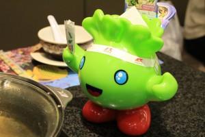 MKレストランのマスコットキャラクター。手にはアンケート用のペン、頭からはペーパーナプキン。