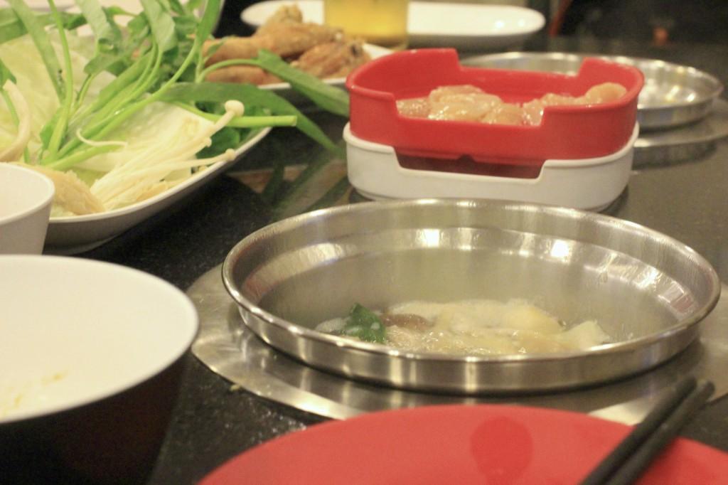 みんなでいるのに鍋はそれぞれ別、という面白いスタイル。
