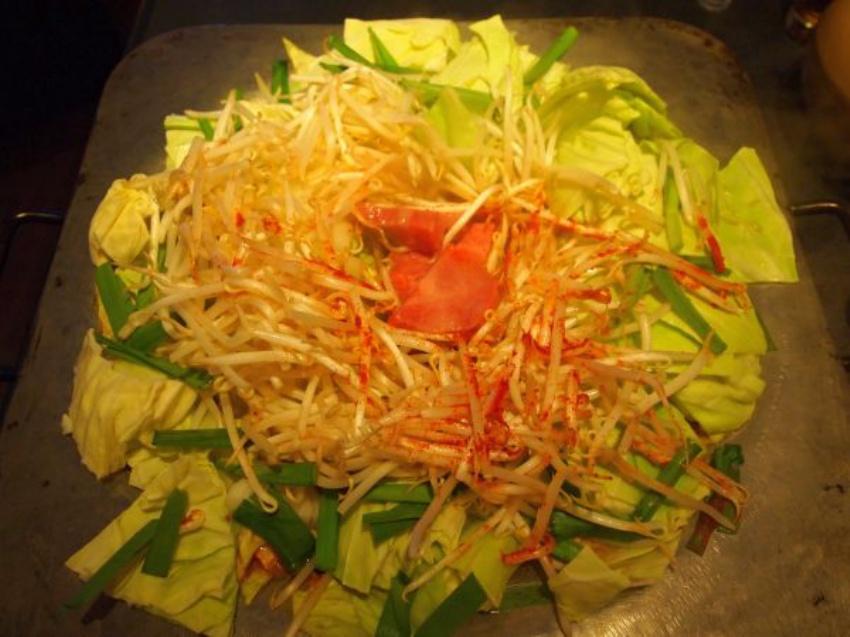 野菜の輪ができました。この下には茜色のスープが眠っています。